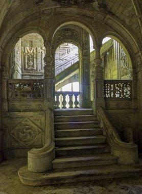 au bas de l'escalier