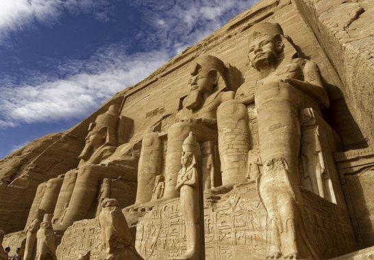 les faucons Horus et le roi représenté en Osiris aux pieds des colosses 3 et(...)