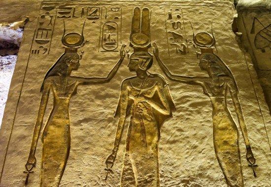 """couronnement de Néfertiti par les déesses Hathor """"maitresse(...)"""